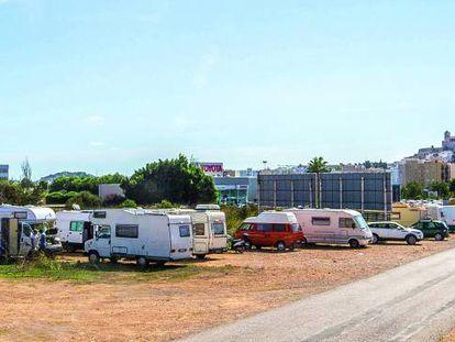 Caravanas y furgonetas estacionadas a la entrada de la ciudad de Ibiza por la carretera de San Antonio en la zona de Sa Blanca Dona.