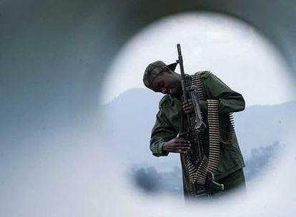 Un soldado de las tropas rebeldes de Kivu Norte, en una zona de enfrentamientos a unos 40 kilómetros de Goma.