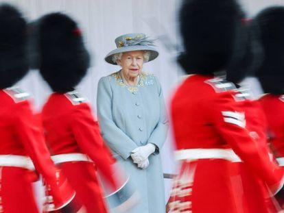 La reina Isabel II, durante el desfile militar en el castillo de Windsor.