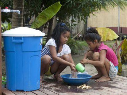 Dos niñas en Bena Gema, a las afueras de la ciudad de Pucallpa (Perú).