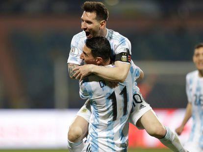 Messi celebra con Di María su gol, este sábado contra Ecuador.