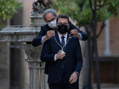 El 'expresident' catalán Quim Torra junto a Pere Aragonès en la toma de posesión de este último como 'president', este lunes en Barcelona.