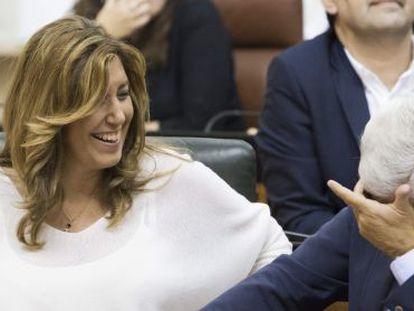 La presidenta andaluza, Susana Díaz, y el vicepresidente, Manuel Jiménez Barrios, bromean durante la sesión plenaria del Parlamento de Andalucía de este miércoles en Sevilla.