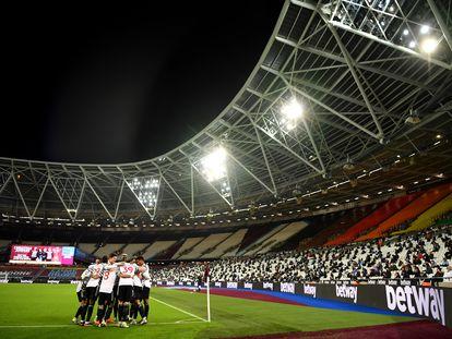 Los jugadores del United celebran el 1-3 en el Estadio Olímpico de Londres ante los hinchas del West Ham.