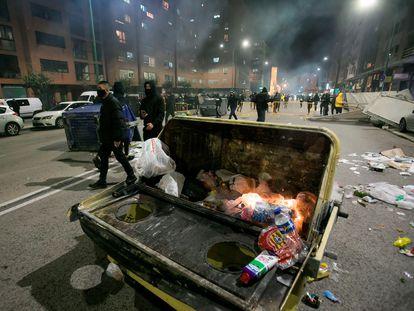 Un contenedor quemado en los disturbios en Burgos el pasado 31 de octubre en protestas contra el confinamiento.