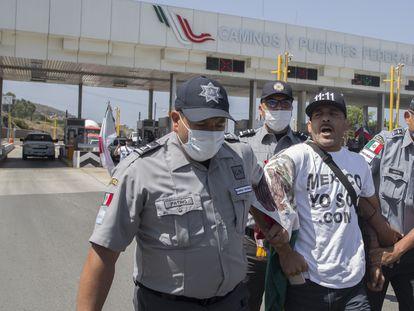 Elementos de la Guardia Nacional impidieron la toma de la caseta que conecta a Tijuana con el municipio de Rosarito.