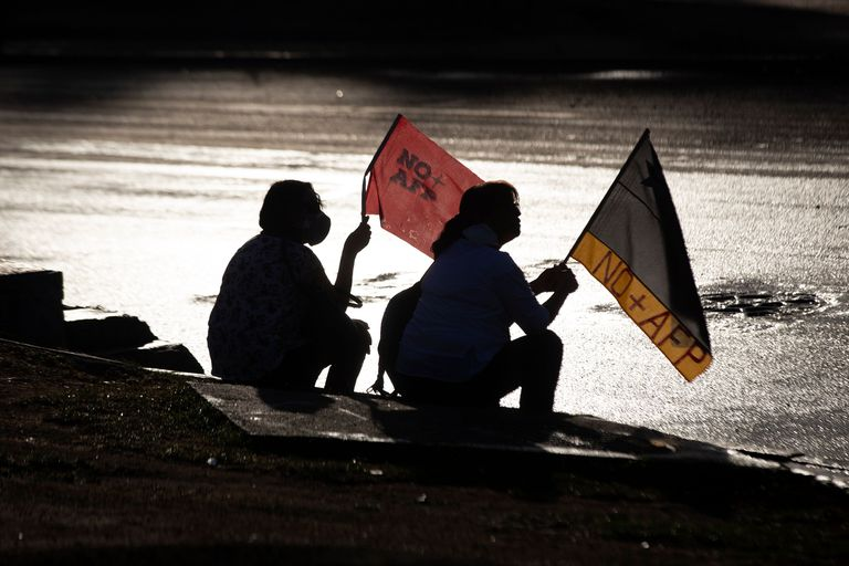 Manifestantes portan banderas durante una manifestación de protesta celebrada en Santiago de Chile el 16 de marzo.