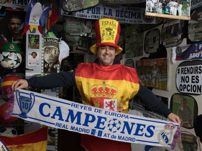 Luis Redondo Sanz, con uno de los disfraces con los que asiste al sorteo de la lotería de Navidad, la semana pasada en Aranjuez.