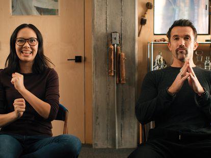 Charlotte Nicdao y Rob McElhenney, en el primer capítulo de la segunda temporada de 'Mythic Quest'.