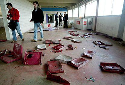 Destrozos ocasionados en el estadio de San Lázaro durante el Compostela-Deportivo del martes.