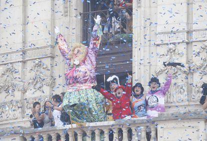 Marijaia saluda a las miles de personas reunidas para celebrar el inicio de las fiestas de Bilbao.