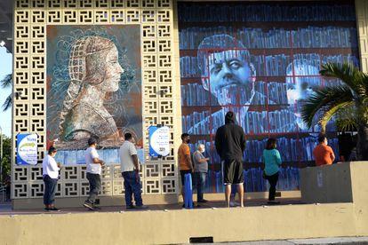 Votantes hacen cola en la biblioteca John F. Kennedy, este martes en Hialeah (Florida).