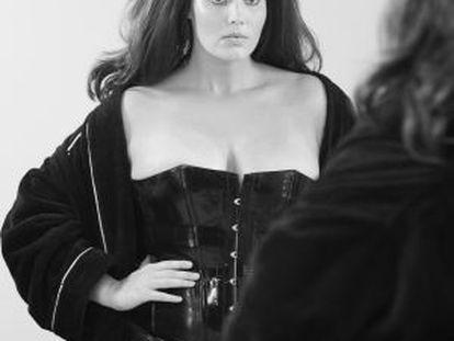 La modelo Candice Huffine, en una imagen de 'backstage' del calendario Pirelli 2015 fotografiado por Steven Meisel.