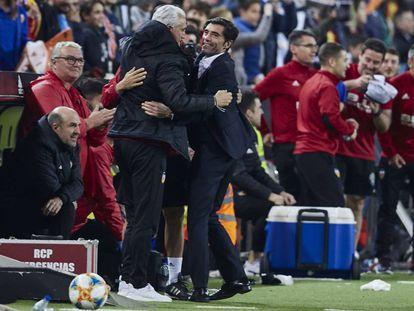 Marcelino, rodeado de su equipo de ayudantes en el partido de Copa contra el Betis en Mestalla.
