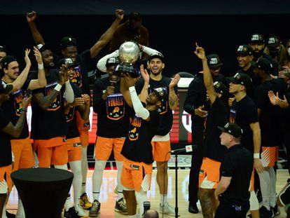 Chris Paul levanta el trofeo que acredita a los Suns como campeones de la Conferencia Oeste tras eliminar a los Clippers.