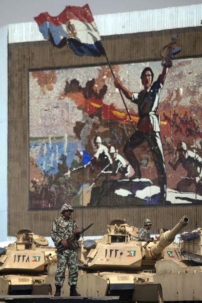 Varios tanques protegen el monumento al soldado desconocido, ayer en El Cairo.