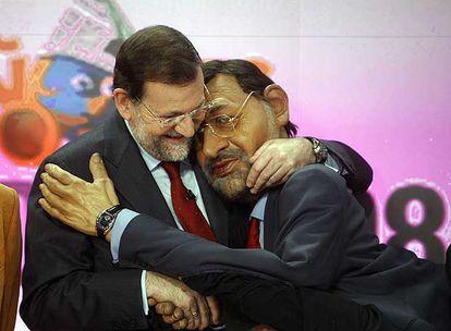 El expresidente Rajoy saluda, tras una entrevista en Cuatro, al guiñol de su personaje en el programa de Canal+ en una imagen de archivo.
