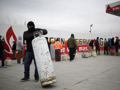 Un grupo de personas llena cilindros de gas LP, en febrero en Ciudad Juárez.