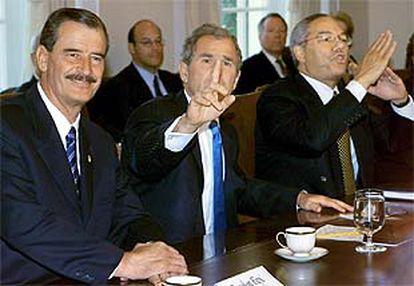 De izquierda a derecha, Vicente Fox, George Bush y Colin Powell, durante la rueda de prensa en la Casa Blanca.