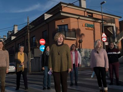 Encarna Vera, en el centro, y otros seis familiares de fallecidos en la residencia de ancianos Caser de Santo Ángel, Murcia, que han denunciado al centro.