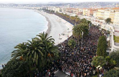 Miles de personas participan en la manifestación celebrada este sábado en Niza en protesta por los atentados de París.