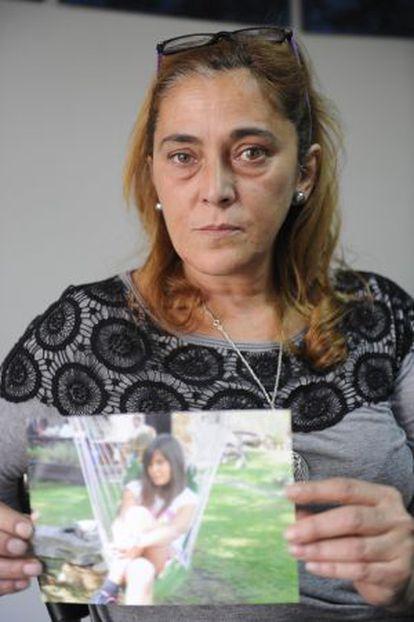 Montserrat Magnien muestra una imagen de su hija Carla.