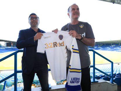 Marcelo Bielsa posa con Andrea Radrizzani, propietario del Leeds United, durante su presentación como entrenador del club.