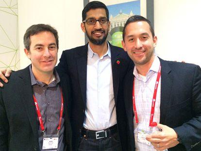 Sundar Pichai (centro) con Jamie Rosenberg (izqda.), responsable de Google Play y Hiroshi Lockheimer (dcha.), vicepresidente de Android.