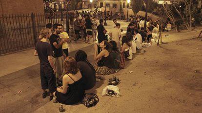Decenas de jóvenes hacen botellón en la plaza del Dos de Mayo de Madrid.