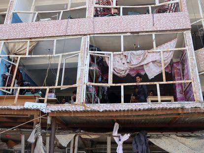 Edificio dañado tras la explosión de un coche bomba en Logar (Afganistán), este sábado.