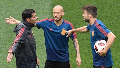 Hierro discute con Silva y Piqué durante el entrenamientoi en Moscú.