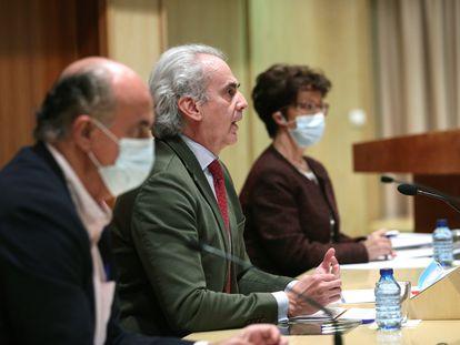 Desde la izquierda: Antonio Zapatero, viceconsejero de Salud Pública y Plan Covid-19; Enrique Ruiz Escudero, consejero de Sanidad; y Elena Andradas, directora general de Salud Pública, durante una comparecencia el 10 de marzo.