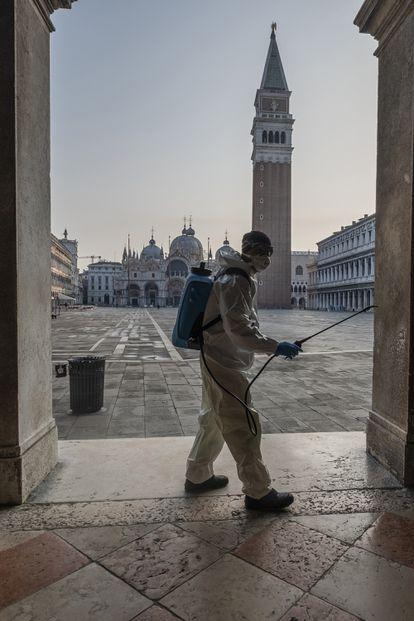Un sanitario, en Venecia, Italia.