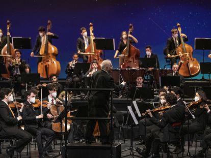 Barenboim dirige a la Orquesta West-Eastern Divan en el ensayo general del concierto del 17 de diciembre en Bonn.