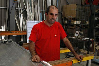 David Carballo, en su carpintería.