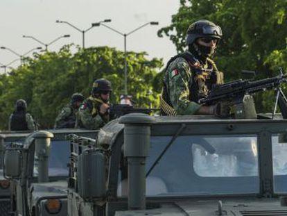 Las autoridades del Estado se enfocan en la recaptura de los delincuentes que escaparon de un penal durante el despliegue de fuerza del cartel