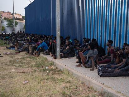 Un grupo de inmigrantes de origen subsahariano espera a entrar en el CETI de Melilla.