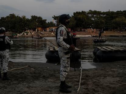Miembros de la Guardia Nacional vigilan la orilla del río Suchiate, en la frontera entre México y Guatemala.