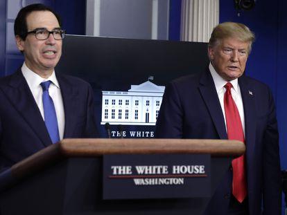 Steve Mnuchin, Secretario del Tesoro de EE UU y Donald Trump, este lunes en Washington.