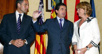Han pasado ocho años desde esta imagen que reunió a los presidentes de Madrid, Baleares y Comunidad Valenciana para promocionar lo que denominaron el eje de la prosperidad que supuestamente representaban sus autonomías. Ocho años después, los tres son expresidentes. Matas y Camps están implicados en gravísimos casos de corrupción. Esperanza Aguirre obligó a dimitir a uno de sus consejeros y a varios alcaldes por el mismo motivo.