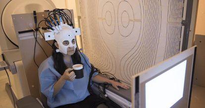 Una mujer hace un experimento con dispositivo de magnetoencefalografía