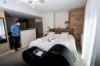 Maurici Abad en el interior de una de las habitaciones del Spa Classic Begur.