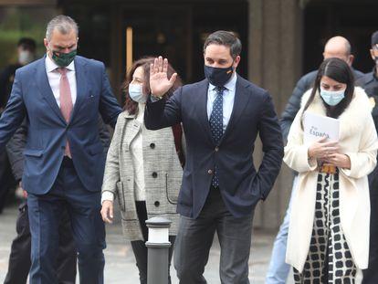 Santiago Abascal saluda a su salida del Constitucional el pasado viernes, flanqueado por dirgentes de Vox. A la izquierda de la imagen, Javier Ortega Smith; a la derecha, Macarena Olona.