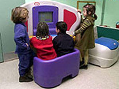 Un grupo de niños usa el pupitre KidSmart.