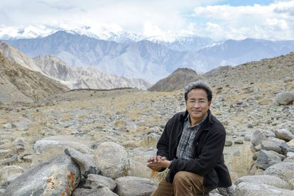 El ingeniero Sonam Wangchuk en la región de Ladakh, con las montañas Transhimalayas de fondo. ©Rolex