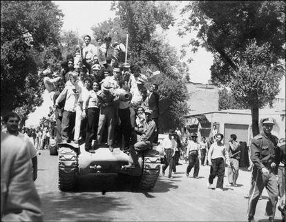 Militares y seguidores del sah confraternizan tras el golpe de Estado de agosto de 1953 en Teherán.