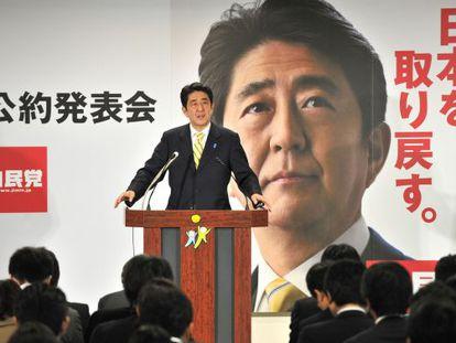 Shinzo Abe durante la presentación de su programa electoral.
