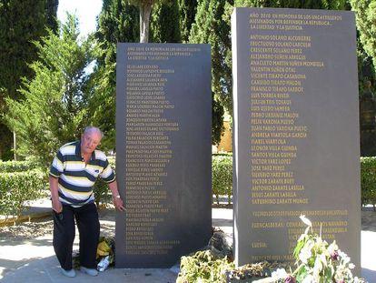 Jesús Pueyo señala los nombres de sus familiares en el monolito a los fusilados en Uncastillo.