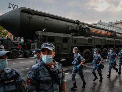 Un misil balístico intercontinental RS-24, vigilado por soldados, el jueves durante unos ensayos militares en la Plaza Roja de Moscú.