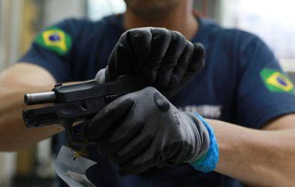Un empleado de una fábrica de armas en Sao Leopoldo, en Brasil.